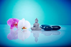 Buddah mit den rosa und weißen orchis Lizenzfreies Stockfoto