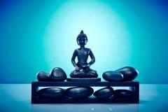 Buddah sur un plattform avec des pierres de zen Photographie stock libre de droits