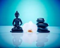Buddah vita orchis och varma stenar Arkivfoto