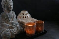 Buddah witn蜡烛和毛巾温泉概念 库存照片