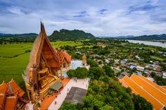 Buddastandbeeld van Boeddhistische tempel in Thailand Stock Fotografie