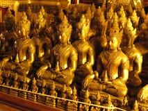 Buddgastandbeelden Wat Chedi Luang Thailand Stock Afbeelding
