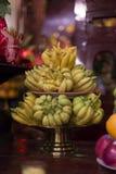 Buddha's ręki owocowe ofiary na półmiskach w świątyni, Hanoi obrazy stock