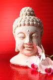 Buddha-Abbildung mit einem Orichdee Stockfotos