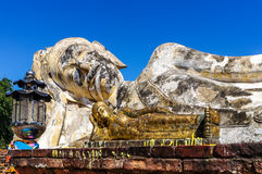 Buddha adagiantesi Ayutthaya con la miniatura dorata nella parte anteriore nessun peo Fotografie Stock Libere da Diritti