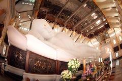 Buddha adagiantesi bianco in Wat Pa Phu Kon, di nordest della Tailandia Immagine Stock