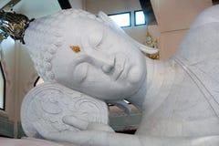 Buddha adagiantesi bianco in Wat Pa Phu Kon, di nordest della Tailandia Immagini Stock Libere da Diritti