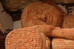 Buddha adagiantesi di pietra nello Sri Lanka fotografia stock