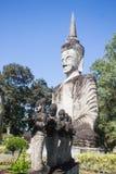 Buddha adagiantesi nel parco Sala Kaeo Kou di Buddha vicino a Nong Khai, Th fotografie stock