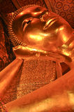 Buddha adagiantesi in pho Bangkok, Tailandia del wat 28 gennaio: Buddha adagiantesi in pho del wat il 28 gennaio 2015 Fotografie Stock Libere da Diritti