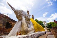 Buddha adagiantesi (pra non) a Wat Yai Chaimongkol Fotografia Stock