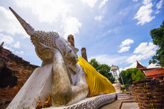 Buddha adagiantesi (pra non) a Wat Yai Chaimongkol Immagini Stock Libere da Diritti