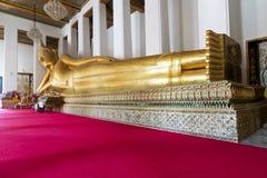 Buddha adagiantesi in tempio Fotografia Stock Libera da Diritti