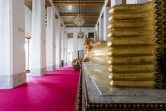 Buddha adagiantesi in tempio Immagini Stock