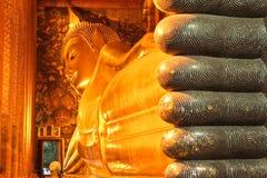 Buddha adagiantesi a Wat Pho, Bangkok, Tailandia immagine stock