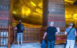 BUDDHA ADAGIANTESI A WAT PO, BANGKOK TAILANDIA Fotografie Stock Libere da Diritti