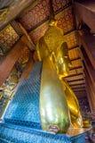 BUDDHA ADAGIANTESI A WAT PO, BANGKOK TAILANDIA Immagini Stock Libere da Diritti