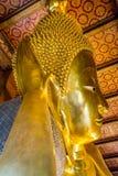 BUDDHA ADAGIANTESI A WAT PO, BANGKOK TAILANDIA Fotografia Stock