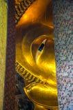 BUDDHA ADAGIANTESI A WAT PO, BANGKOK TAILANDIA Immagine Stock Libera da Diritti