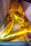 BUDDHA ADAGIANTESI A WAT PO, BANGKOK TAILANDIA Immagine Stock