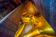 BUDDHA ADAGIANTESI A WAT PO, BANGKOK TAILANDIA Immagini Stock