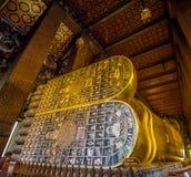 BUDDHA ADAGIANTESI A WAT PO, BANGKOK TAILANDIA Fotografie Stock