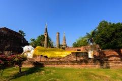 Buddha adagiantesi a Wat Yai Chai Mongkhon a Ayutthaya fotografia stock