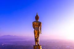 Buddha anseende på ett berg Wat Phra den Khao Noi Royaltyfria Foton
