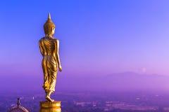 Buddha anseende på ett berg Wat Phra den Khao Noi Arkivfoton