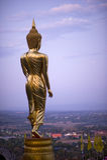 Buddha anseende på ett berg Wat Phra som Khao Noi, Nan Provin Royaltyfria Foton