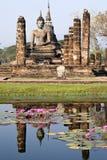 Buddha antiguo que refleja fotografía de archivo
