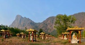 1000 Buddha arbeta i trädgården på solnedgången i Hpa-An, Myanmar Montering Zwegabbi Royaltyfri Foto
