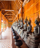 Buddha auf Musterdetail des Teakholzgoldes Stockbild