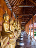 Buddha auf Musterdetail des Teakholzgoldes Stockbilder