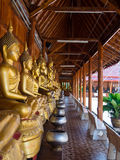 Buddha auf Musterdetail des Teakholzgoldes Lizenzfreie Stockfotos