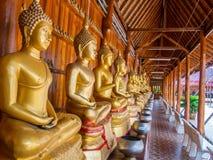 Buddha auf Musterdetail des Teakholzgoldes Stockfotografie