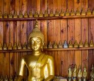 Buddha auf Musterdetail des Teakholzgoldes Stockfotos