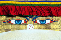 Buddha-Augen auf Bodhnath stupa in Katmandu Stockfotos