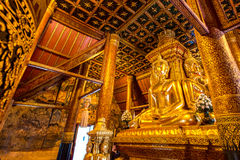Buddha avbildar i nordligt tempel av Thailand Royaltyfri Foto