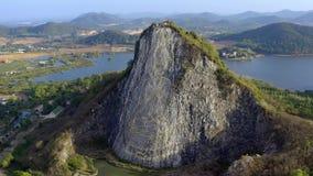 Buddha avbildar som snidas p? berget Buddhaberg i pattaya Thailand lager videofilmer