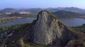 Buddha avbildar som snidas p? berget Buddhaberg i pattaya Thailand stock video