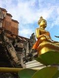 Buddha-Bild, das elegant im Tempel sitzt Stockfotos