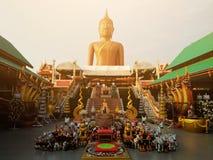 Buddha-Bild des heiligen Rechtes am thailändischen Tempel lizenzfreies stockfoto