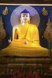 Buddha bild inom det Mahabodhi tempelet. Arkivbilder