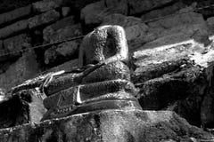 Buddha-Bild ohne alten und Ziegelsteinhaupthintergrund im Schwarzweiss-Thema Lizenzfreie Stockfotografie