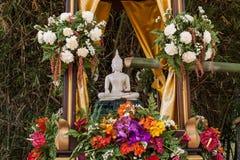 Buddha-Bild und -blumen Stockfotos