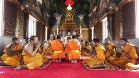 Buddha-Bild und -mönche im Tempel Stockfotos