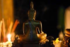 Buddha blask świecy i statua fotografia stock