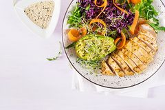Free Buddha Bowl Dish With Chicken Fillet, Avocado, Red Cabbage, Carrot Stock Photography - 140552752