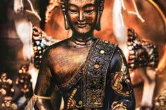 Buddha che medita la statua arancio bronzea del fondo di yoga fotografia stock libera da diritti
